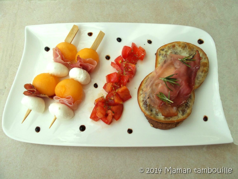 Brochettes de melon et bruschetta speck et provola