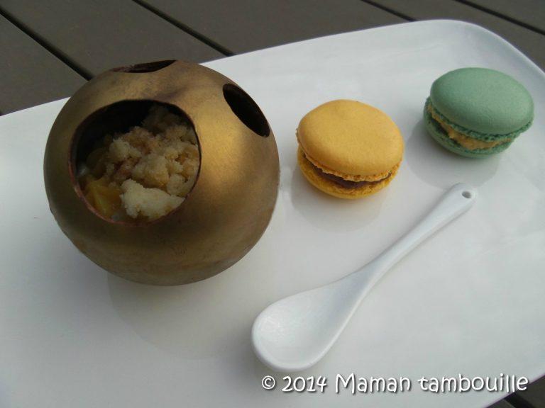 Read more about the article Sphères au chocolat, crémeux vanille, crème passion et crumble